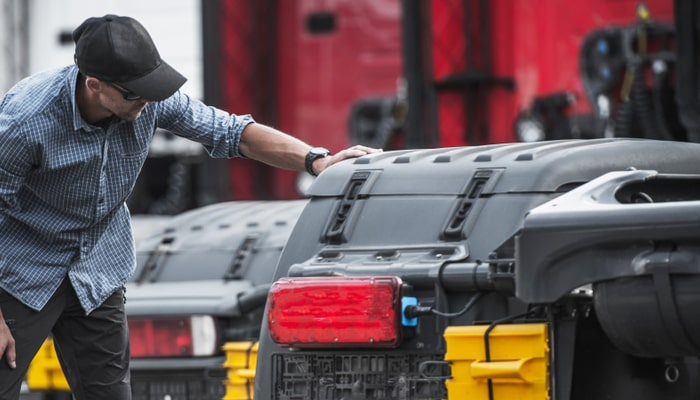 Stock-image-customer-inpsecting-truck-700×400-min